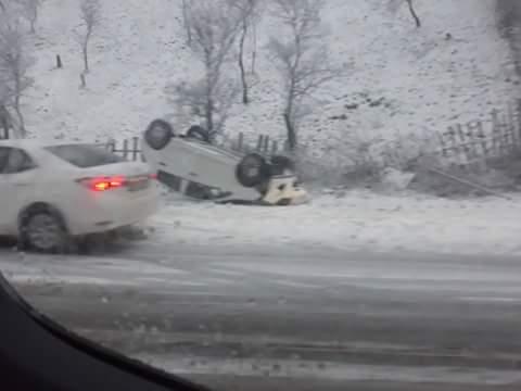Autoturism răsturnat în condiții de drum cu zăpadă pe DN66