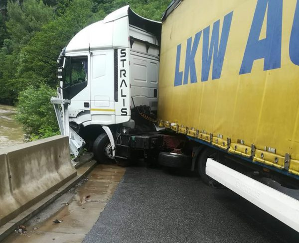 Accident pe Defileul Jiului. TRAFIC BLOCAT!