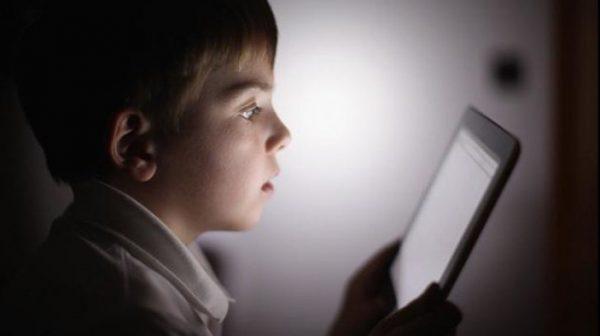 Creierul copiilor care petrec mult timp pe dispozitive mobile, modificat