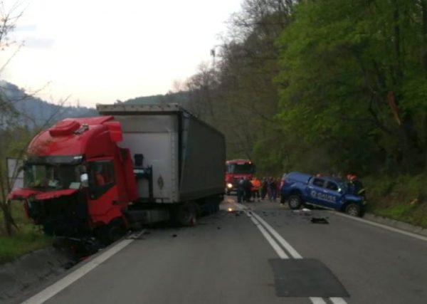 Accident MORTAL pe DN7: Un TIR condus de un șofer băut a spulberat o maşină de teren. Şoferul autoturismului a murit
