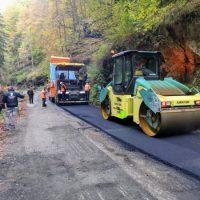 2400 metri pătrați de asfalt s-au turnat deja pe Cheile Jiețului