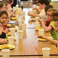 Masă caldă pentru elevi, în 4 școli hunedorene