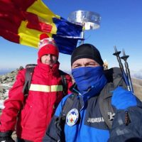 Drapelul României arborat la înălțime pe Vârful Parângul Mare