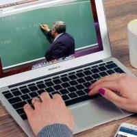 Elevii și profesorii cu boli cronice vor putea să facă orele online și după redeschiderea școlilor. Declarațiile Ministrului Educației