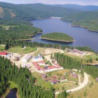 Mănăstirea Oașa, refugiul sufletesc într-un loc mirific, mărginită de brazi falnici, cu vedere spre cer și priveliștea unui lac care taie respirația