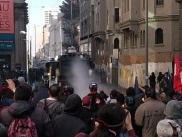 Repressione dei parenti dei prigionieri politici e dei giovani ribelli all'inaugurazione della truffa Costituente