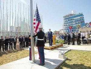 La bandiera yankee viene issata a Cuba