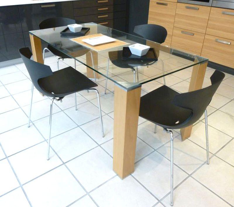 table a plateau de verre et 4 pieds en bois chene clair