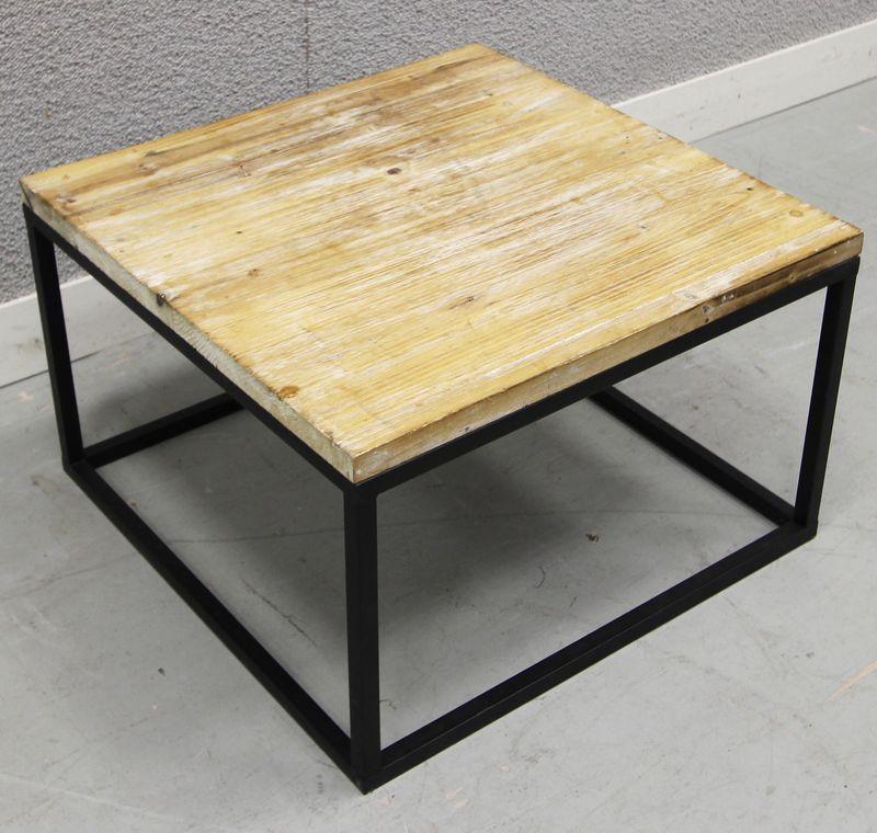 lot 632 unites table basse avec plateau carre en bois ceruse blanc reposant sur pietement en metal