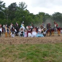 Salut Final avec les cavaliers cascadeurs d'Aventure au galop et les bénévoles de la Fête de la forêt du Gâvre