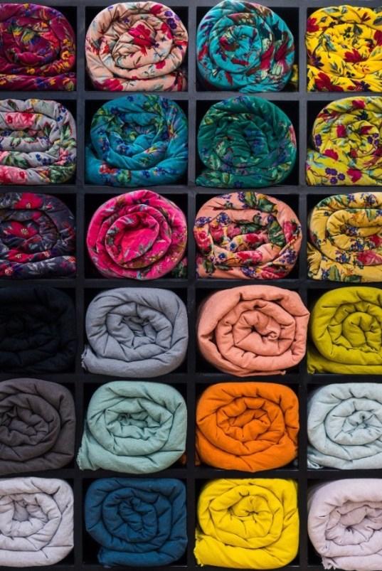 Linge de maison ethnique aux couleurs profondes par Harmony Textile