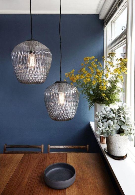 table-bois-suspension-verre-mur-bleu-aventuredeco