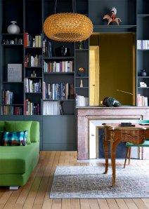 bibliotheque-avec-cheminee-bleu-nuit-aventuredeco