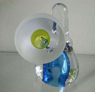 """Jeroen van de Brug, """"Gotcha"""", geblazen glas, hoog 26 cm, diameter 25 cm."""