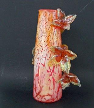 """""""Vaas"""", oranje met bloemen, hoog 39 cm. Geblazen glas met craquelé effect."""