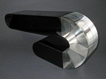 """Agnieszka Lesniak, """"Wolta Negra"""", optisch glas, geslepen en gepolijst, lengte 27 cm."""