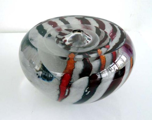 """Jane Dorner """"Red striped polished form"""", 3-lagen pâte-de-verre in geblazen glas."""