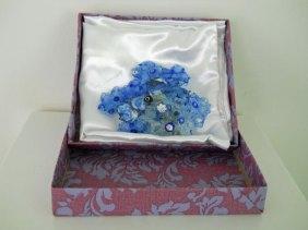 """Patula Berm, """"Wandjuweel"""", blauw, ingepakt in doos door Patula zelf gedecoreerd."""