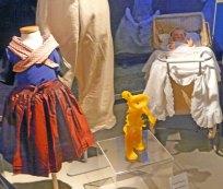 """De """"Teddybeer""""van Xandra Paijmans klimt bijna de kinderwagen binnen in de Hagedoorns Plaatse."""