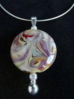 """Nicoline Lenskens, """"Dreaming"""", snake-collier en wisselhanger met kralen. Glaskraal met decoratie in diverse tinten glas; lengte collier 42 cm, glaskraal diam. 35 mm."""