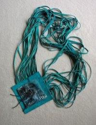 Monica Ligteringen, Ledeen Spaghetticollier: aqua, lengte 80 cm, met 2 strengen glazen staafklraaltjes.
