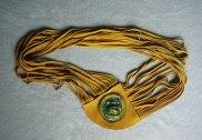 Monica Ligteringen, Lederen Spaghettiband: geel, lengte 80 cm. Broche: epoxy bloem met magneet, ook los te dragen.