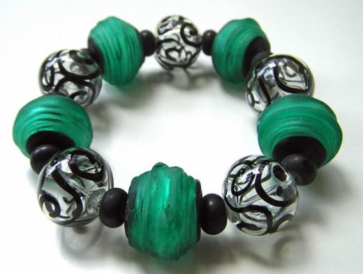 """Anat Sapir, """"Green bracelet"""", glas met flexibele silcone koord."""