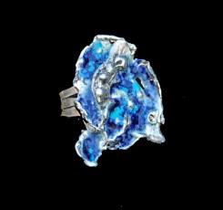 Hans van der Wateren, zilveren ring met emaille, zilver in water gestold waardoor unieke organische vormen ontstaan; vorm gevuld met blauw/groene emaille. Uniek exemplaar.