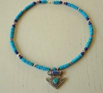 Anita Wijrdeman, lange torkooise ketting, met zilveren hanger turkoois en lapsi lazuli.