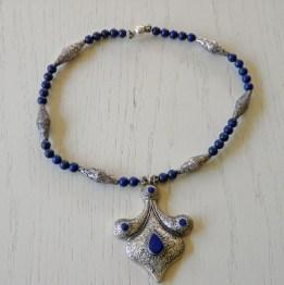 Anita Wijrdeman, collier, lapis lazuli kralen, bewerkte zilveren kralen en hanger uit Afhanistan.