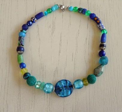 Anita Wijrdeman, collier, met lapis lazuli, handelskralen en turkoois.