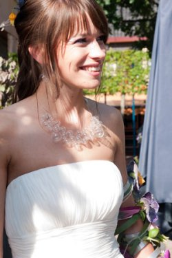 Thea de Bruid, halssieraad van geblazen glaskralen.