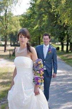 Bruidspaar Thea en Arjan, 2010. Schitterend halssieraad met oorhangers. En het bruidsboeket verzorgd door Fleur Inn Epe.