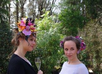 Twee mannequins Sophie en Charlotte, voorzien van een hoofdsier door Fleur Inn uit Epe.