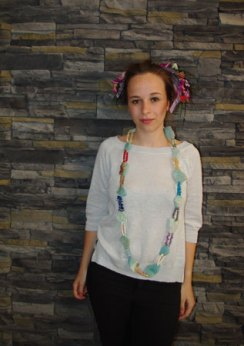 Sophie met de prachtige lange ketting met diverse edelstenen en kralen van Marleen Rameckers.