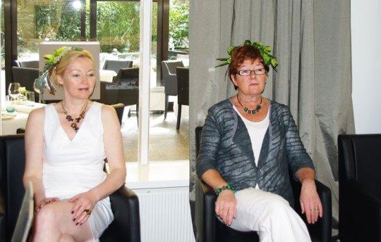 Mannie en Marianne laten zo meteen sieraden van Anat Sapir zien.