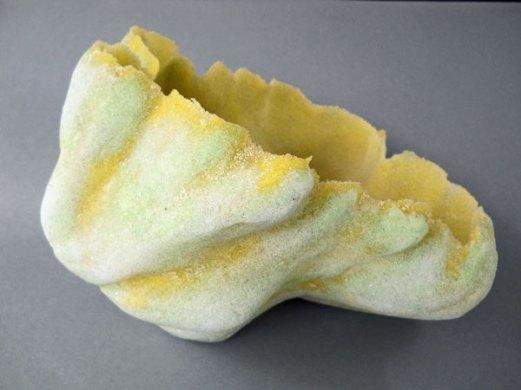 """Carine Neutjens, """"Geel-groen object"""", 2011, pâte-de-verre, hoog 18, breed 27 cm."""