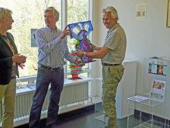Louis la Rooy (r) overhandigt zijn kunstwerk aan de hoogste bieder.