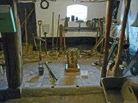 """Ria Pastoor, heeft nog slechts een klein stukje over van haar """"Boomstam"""", keramiek, 26x45x22 cm."""