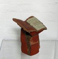 """ria Pastoor, """"Boekensteun"""", keramiek, 23x22x15 cm."""