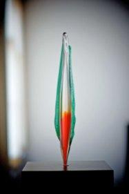 """Remy de Feyter, """"Sfear"""", heetglas en neongas, hoog 54 cm, op spekstenenvoet."""