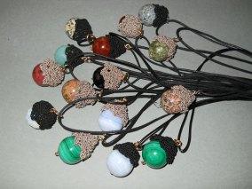 """Sheila Westera - """"Katja"""" hangers, enkel of met meerdere te dragen, keuze uit halfedel stenen bollen met geweven kapje. In 14 krt gewalsd goud of zilver."""