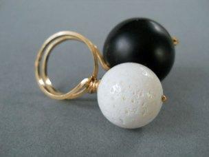 """Sheila Westera, Ring """"Dubbelbol met onyx en witte bal"""""""