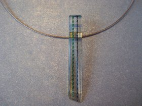 Martine Knoppert, 'Collier' nr. 1237, glas lang, gebakken lucht.