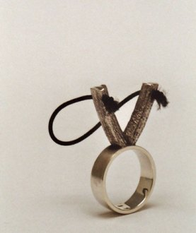 """Teunis van de Kamp, """"Katapult"""", """"ring voor saaie vergaderingen"""", zilver, hoedenelastiek, Ø 18 mm."""