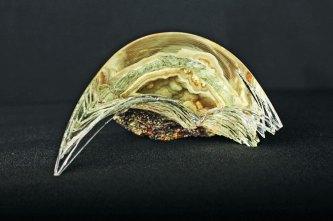 """Marcin Karwiński, """"Me"""", 2012, glas verbonden met Brazilaans agaat, transparant en mat, met gladde en scherpe randen, 9 x 17,5 x 14 cm."""