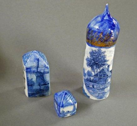 "Anna Volkova, porseleinen miniaturen, handbeschilderd, ""Huisjes"" met o.a. Delftsblauwe beschilderingen."