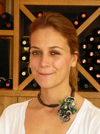 Gabriëlle Bolt, Halssieraad, mannequin Charlotte toont tijdens de Sieradenshow een van haar bijzondere colliers.
