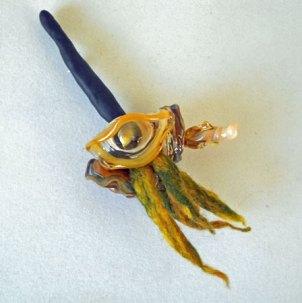 Gabriëlle Bolt, corsage, glazen sculptuur op geweven draad en versierd met vilt.
