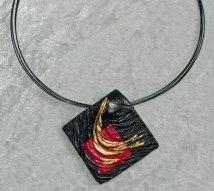 """Monica Ligteringen, """"Nr. 1316"""", Hanger zwart-rood kunststofreliëf met bladgoud, collier zwart gecoat, zilveren slot, apart geprijsd."""
